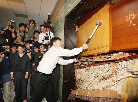 2008年12月、ハンマー/2008年12月18日、国会で民主党補佐陣が韓米FTA批准同意案の上程を阻止するために、外交通商委会議室の門をハンマーで壊している。