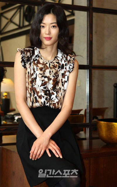 ほくろ整形疑惑が提起された女優のチョン・ジヒョン。