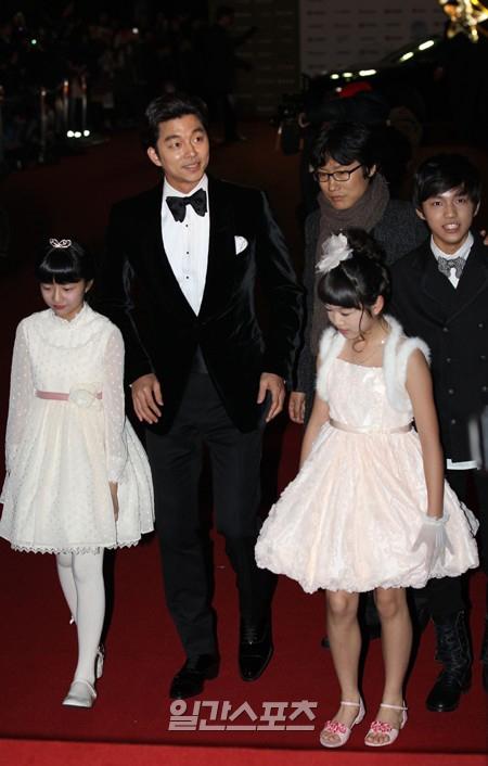 俳優のコン・ユ(左から2番目)。