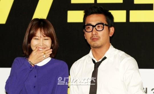 女優のコン・ヒョジン(左)と俳優のハ・ジョンウ。