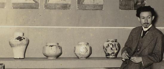 """1921年5月、""""朝鮮民族美術展覧会""""の展示場に立つ柳宗悦。彼は朝鮮を愛した日本人であったのか、それとも朝鮮を軟弱で受動的な植民地として見下げていた人だったのか。(写真=国立現代美術館)"""