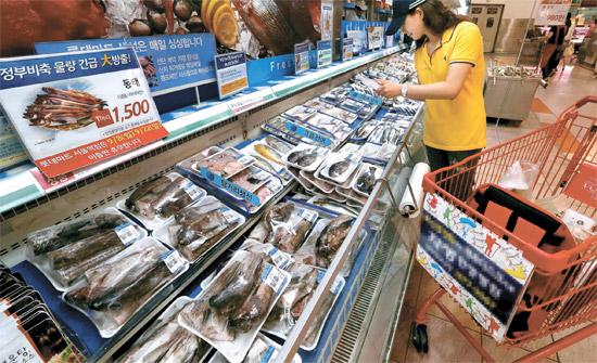 10日、ソウルのある大型スーパーの水産物売り場。日本の放射能汚染水波紋による不安感のため、消費者が福島原発から5000キロ以上離れたところで漁獲されたロシア産タラまで購入を避けている。
