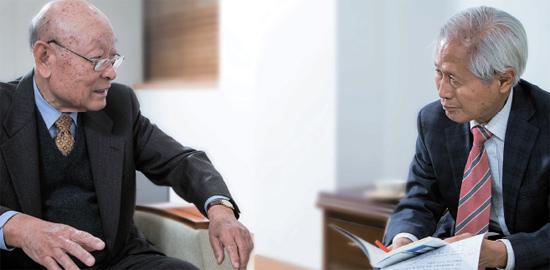 孔魯明元前外務部長官(左)と金永熙中央日報論説委員は最近の韓日関係に関する対談で、「韓日首脳会談は国益を考慮して大局的に考えるべき」という考えで一致した。