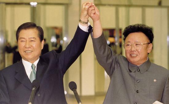 2000年6月14日、当時の金大中大統領と北朝鮮の金正日総書記が平壌で手を握り合っている。(写真=中央フォト)