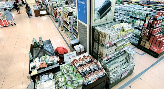 5日午後、ロッテマートソウル駅店ののり販売コーナーを訪れたが、人がおらず閑散としている。ある従業員は「日本人観光客が半分水準に減り、最高人気商品だったのりの販売量も大きく落ちた状態だ」と話した。