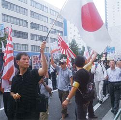 2020年東京夏季オリンピック(五輪)招致が確定した昨年9月8日、東京のコリアンタウンで日本の右翼団体が嫌韓デモをしている。
