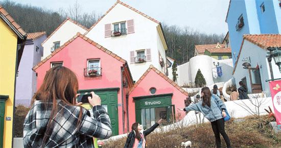 加平郡(カピョングン)の「プチフランス」を訪れた中国人がドラマ『星から来たあなた』の撮影場所で写真を撮っていた。(写真=プチフランス・SBS)