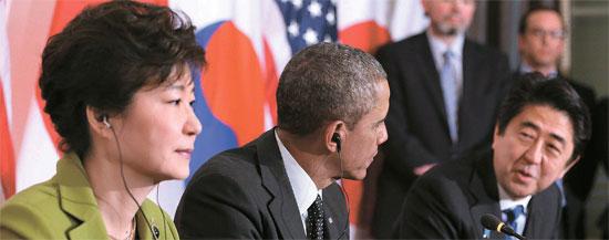 朴槿恵(パク・クネ)大統領と日本の安倍首相、米国のオバマ大統領が25日(現地時間)、オランダ・ハーグの米国大使官邸で首脳会談を行った。3番目に発言した安倍首相がたどたどしい韓国語で朴大統領に挨拶している。しかし朴大統領は硬い表情で最近の韓日関係に対する不満を表わした。