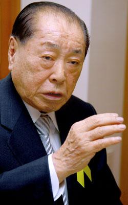崇実大名誉博士学位を受けるのため訪韓した野中広務元官房長官は「河野・村山談話は日本の良心であり、必ず守られなければいけない」と強調した。