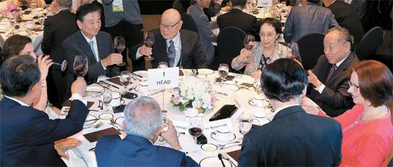 「第9回平和と繁栄のための済州フォーラム」が30日まで西帰浦市内のホテルで開かれる。28日午後、尹炳世外交部長官主催の歓迎夕食会で出席者が乾杯している。左側3人目から時計方向に洪錫ヒョン(ホン・ソクヒョン)中央日報・JTBC会長、孔魯明東アジア財団理事長、李肇星元中国外相夫人の秦小梅氏と李元外相、ギラード元オーストラリア首相、尹長官、ファイヤド前パレスチナ自治政府首相、韓昇洙元首相、ファイヤド前首相夫人。