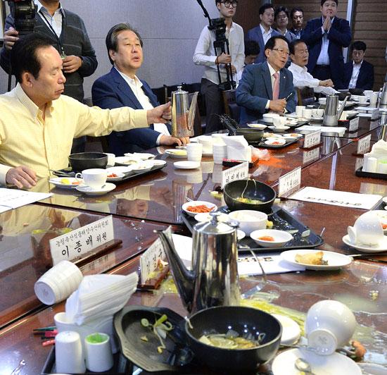 韓国全農会員、議員食堂に乱入し卵投げつける | Joongang Ilbo | 中央日報