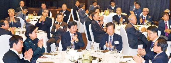 8日、ソウルのバンヤンツリーホテルで開かれた韓経ミレニアムフォーラム忘年会で、参席者がセヌリ党の金鐘勲(キム・ジョンフン)議員の祝辞を聞いて拍手している。(写真提供=韓国経済新聞社)