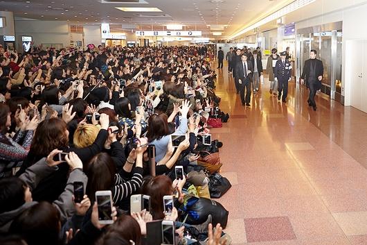羽田空港でファンからの熱い歓待を受けたキム・ジェジュン(写真提供=C-JeSエンターテインメント)