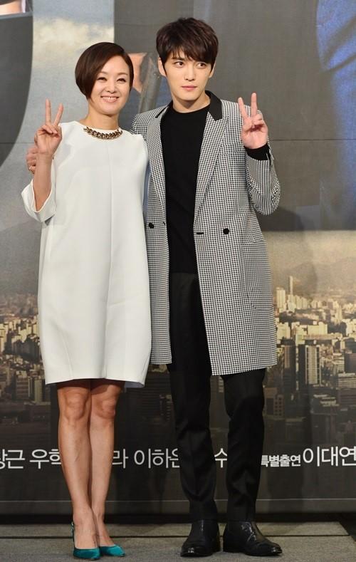 女優ペ・ジョンオク(左)とJYJのキム・ジェジュン(右)