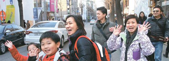 中国人観光客が24日、ソウル江南区のカロスキルで買い物をした後、移動している。中国人が明洞だけでなく、江南や弘大を訪問している。
