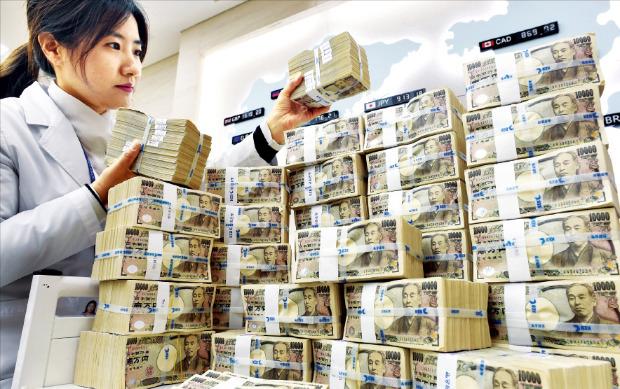 ウォン・円為替レートが23日午前、100円=900ウォンを割るなど円安が加速している。ソウル乙支路の外換銀行本店で職員が日本円を整理している。