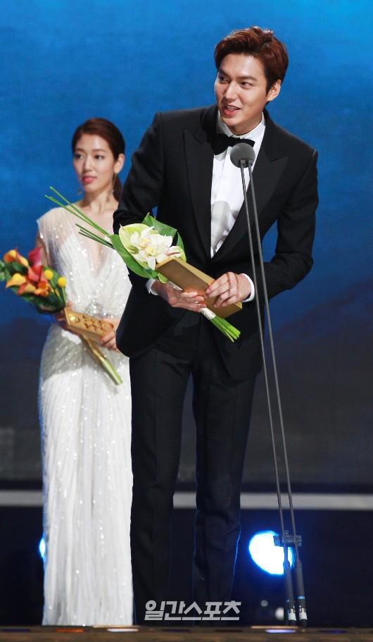 26日、ソウル慶煕大学平和の殿堂で行われた第51回百想芸術大賞授賞式で、人気賞(映画部門・男性の部)を受賞した俳優のイ・ミンホ。
