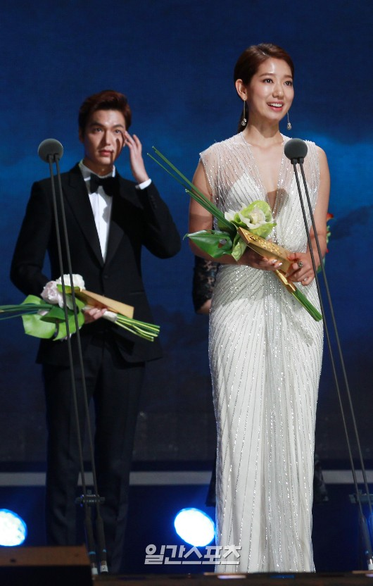 26日、ソウル慶煕大学平和の殿堂で行われた第51回百想芸術大賞授賞式で、人気賞(映画部門・女性の部)を受賞した女優のパク・シネ。