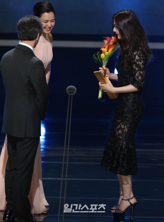 26日、ソウル慶煕大学平和の殿堂で行われた第51回百想芸術大賞授賞式で、人気賞(テレビ部門・女性の部)を受賞したf(x)のクリスタル。