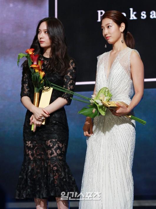 26日、ソウル慶煕大学平和の殿堂で行われた第51回百想芸術大賞授賞式で、人気賞を受賞したf(x)のクリスタル(左)と女優のパク・シネ。