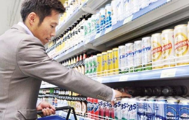 モンゴル・ウランバートルのマートで消費者が韓国のビールを選んでいる。