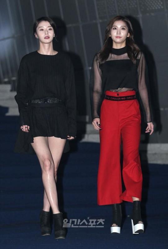 19日午後、ソウル東大門デザインプラザで開かれた「2016S/Sヘラソウルファッションウィーク」に登場したHELLOVENUSのナラ(左)。