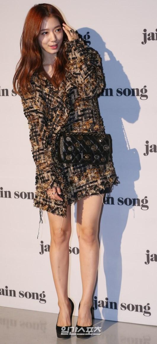 20日午後、ソウル東大門デザインプラザで開かれた「2016S/Sヘラソウルファッションウィーク」のチェ・インソンのコレクションフォトウォールでポーズを取っている女優パク・シネ。