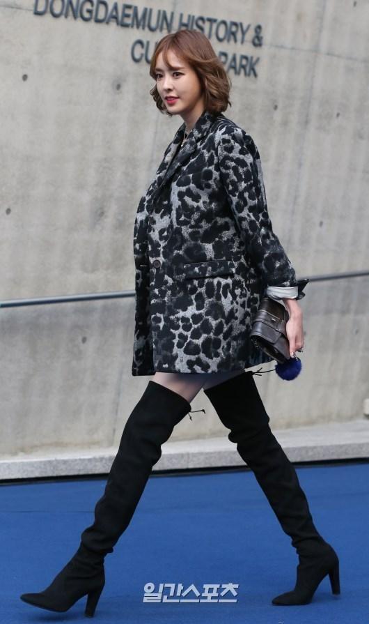 20日午後、ソウル東大門デザインプラザで開かれた「2016S/Sヘラソウルファッションウィーク」のチェ・インソンのコレクションフォトウォールでポーズを取っている女優のイ・ダヒ。