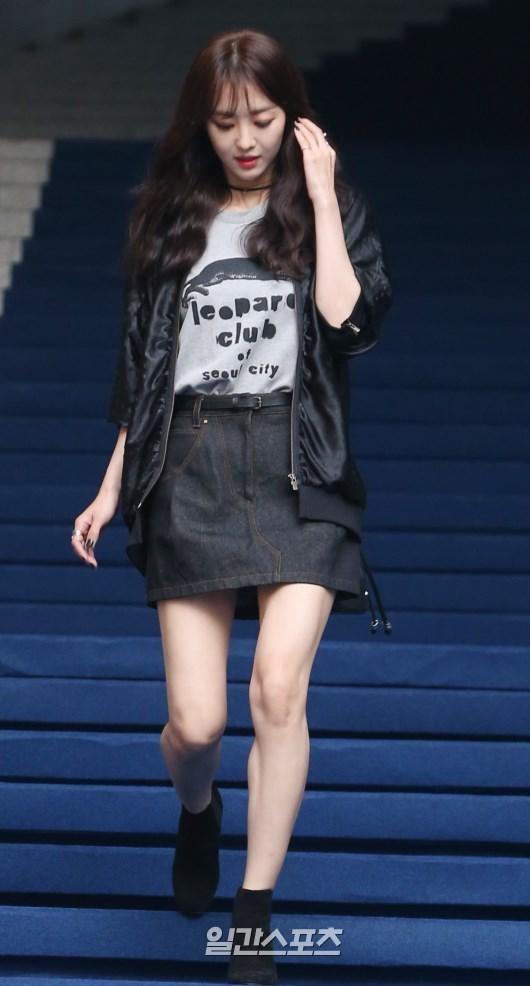 20日午後、ソウル東大門デザインプラザで開かれた「2016S/Sヘラソウルファッションウィーク」のチェ・インソンのコレクションフォトウォールでポーズを取っている女優のチャン・ヒジン。