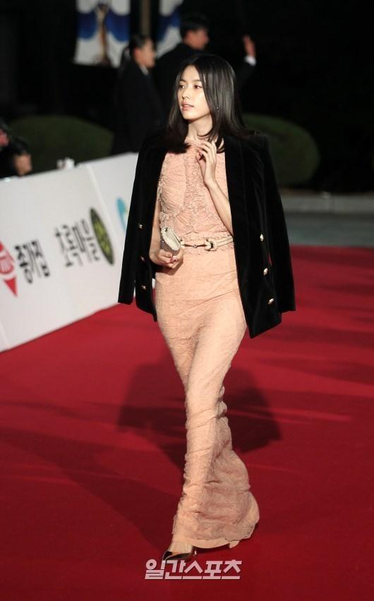 女優のハン・ヒョジュが26日午後にソウル・慶煕大学校の平和の殿堂で行われた「第36回青龍映画賞」授賞式に参加し、レッドカーペットを歩いている。