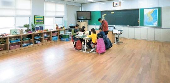 教室で授業中の全羅南道高興郡(チョンラナムド・コフングン)の東江(トンガン)小学4年生。この学校の4年生はこの4人だけ。9年前は35人だった。高興郡は1998~2014年の人口減少率が33%で全国1位だ。昨年の高齢人口比率も36%(全国平均13%)で1位だ。92年以降、26校が廃校となった。