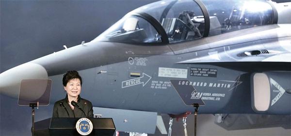 17日、朴槿恵大統領が慶尚南道泗川の韓国航空宇宙産業(KAI)で行われた米国輸出型T-50訓練機公開記念式に参加した。(写真=青瓦台写真記者団)