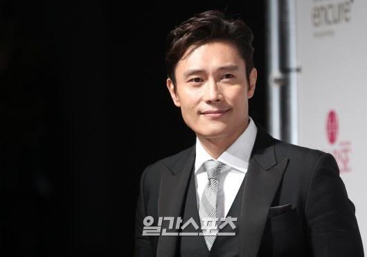 29日午後、ソウル龍山区漢南洞グランドハイアットソウルで行われた「2015スターの夜-大韓民国トップスター賞授賞式」に登場した俳優のイ・ビョンホン。