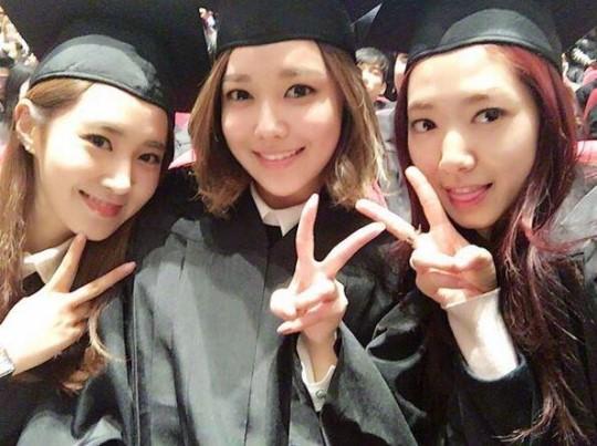 15日、ソウルの中央大学校卒業式に出席した(左から)少女時代のユリ、スヨン、女優のパク・シネ。