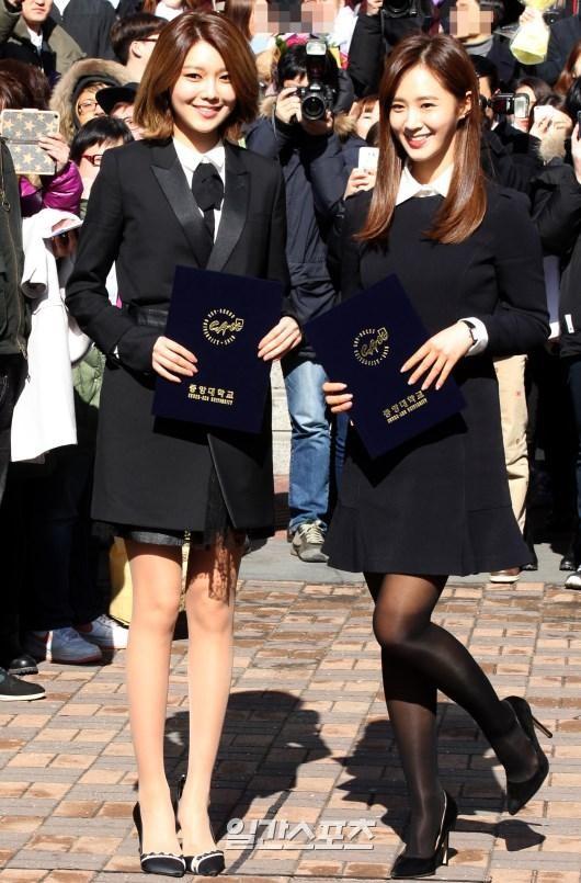 15日、ソウルの中央大学校卒業式に出席した少女時代のスヨン(左)とユリ。