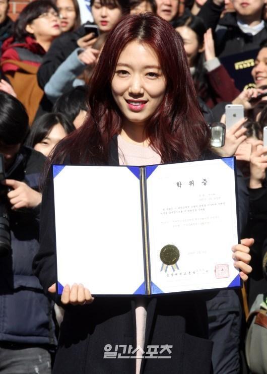 15日、ソウルの中央大学校卒業式に出席した女優のパク・シネ。