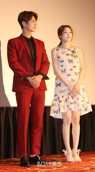 17日、ソウル中区ロッテシネマ「AVENUEL」で開かれたジュエリーブランド「J.ESTINA(ジェイエスティナ)」ブランドムービー試写会に登場した俳優のパク・ボゴム(左)とキム・ヨナ。
