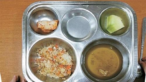 焼き飯に具のないスープ、キムチ数切れを配食する場合もあった。児童がおかわりを求めると、調理員は「そのままX食べろ」と口汚い言葉を発したという。(写真=大田鳳山小学校保護者会