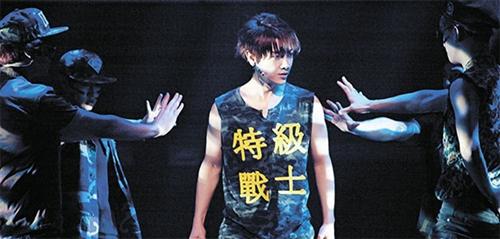 昨年2月、東京Zeppブルーシアターでミュージカル『ON AIR~夜間飛行』の舞台に上がった超新星ユナクの姿。(写真=新's WAVE)