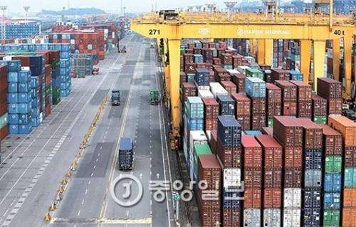 4日、釜山新港湾韓進ターミナルに積載された輸出貨物がトラックで積み出されている。業界関係者は「他の海運会社に船積みする貨物」と説明した。