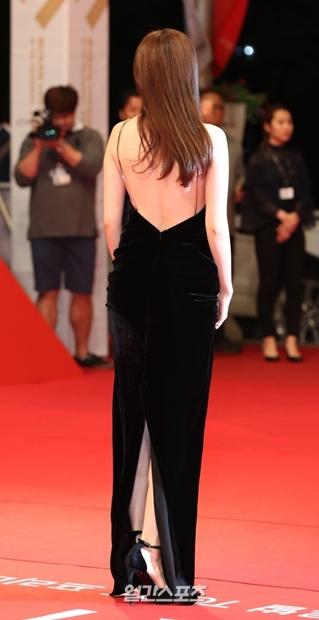 6日、釜山映画の殿堂で行われた第21回釜山国際映画祭開幕式レッドカーペットでポーズを取っている女優ハン・ヒョジュ。