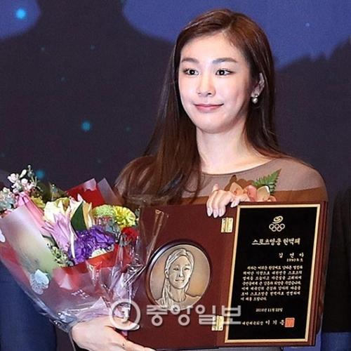 「フィギュアの女王」キム・ヨナが最年少で「スポーツ英雄」名誉の殿堂入りした。第9回スポーツ英雄に選ばれたキム・ヨナは「韓国スポーツの発展と平昌冬季五輪の成功的な開催のために最善を尽くす」と話した。