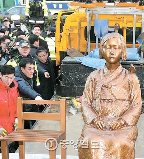28日に市民団体が在釜山日本領事館前に設置して撤去された少女像