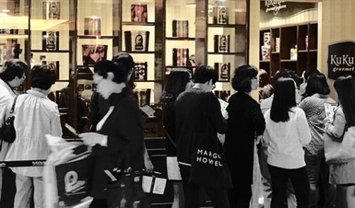 2014年米国手作りポップコーン「ククルザ」がソウル三成洞パルナスモールに韓国1号店を出店した当時、これを買おうと人々が列を作った。だが「ククルザ」は1年後には撤退した。鳴り物入りでオープンしたその他の輸入デザートブランドも瞬間的な人気を享受するだけにとどまっている。
