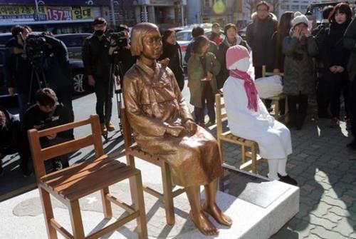 駐釜山日本領事館前に設置された少女像