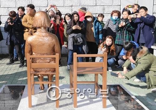 釜山(プサン)日本領事館前に設置された少女像