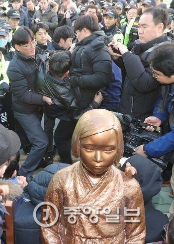 釜山(プサン)の日本総領事館前に設置された旧日本軍慰安婦少女像