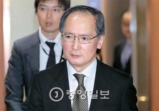 長嶺安政駐韓日本大使が6日午後、尹炳世(ユン・ビョンセ)長官と会った後、外交部庁舎から出てきている。