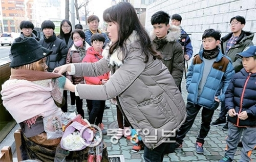 8日にも釜山(プサン)日本総領事館前の少女像を多くの市民が訪れた。安倍首相はこの日放送されたNHKの討論番組で韓日慰安婦合意について「たとえ政権が代わろうとも、それを実行するのが国の信用の問題だ」と述べ、ソウル日本大使館前と釜山日本総領事館前に設置された少女像の撤去を要求した。