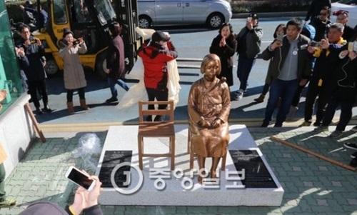 釜山に設置された少女像